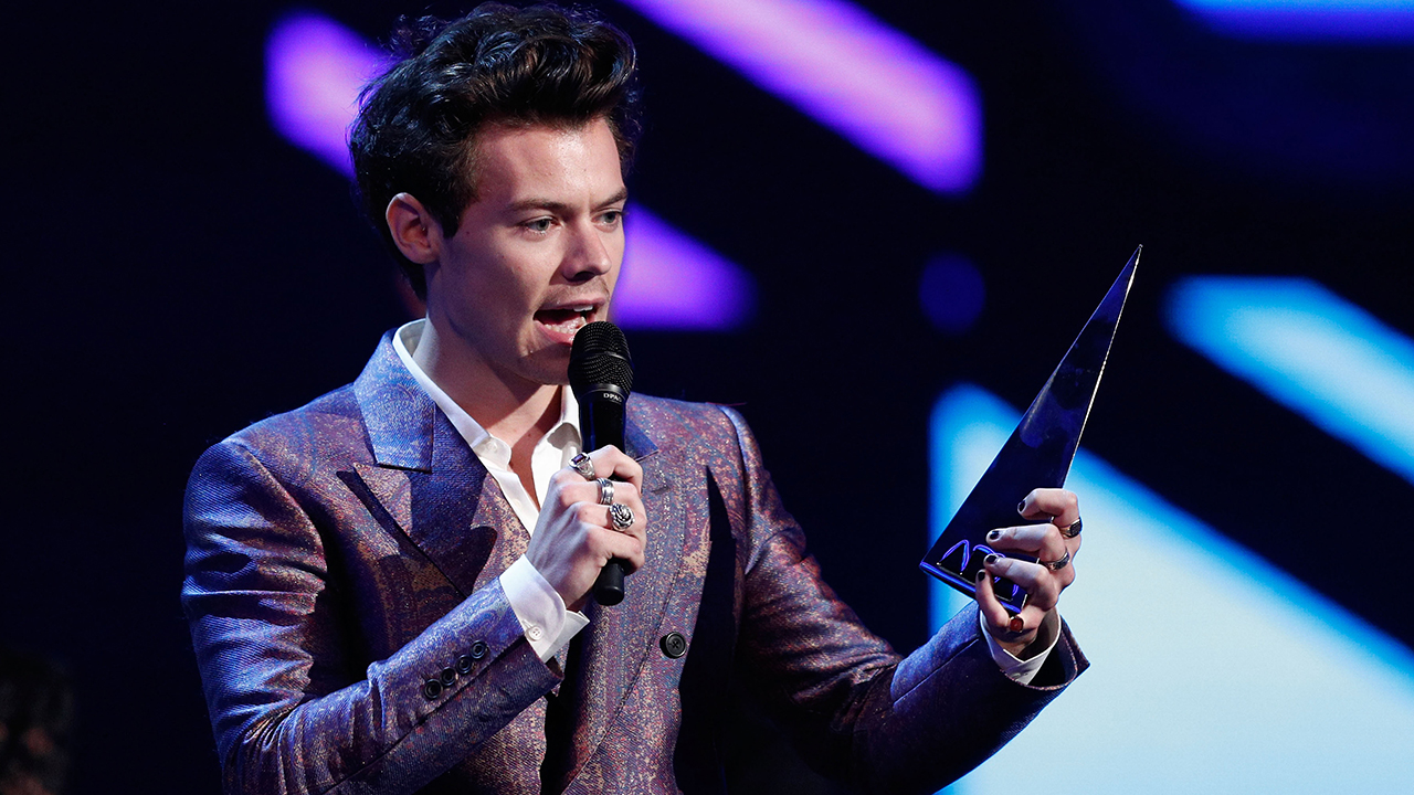 technical issues cause harry styles to halt arias performance